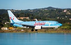 Boeing de débarquement plat 737-800 Photos stock
