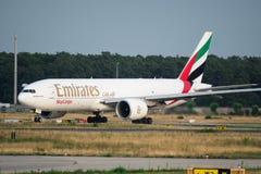 Boeing 777 de Hemellading van Emiraten taxi?t in Frankfurt-am-Main Ai Royalty-vrije Stock Afbeeldingen