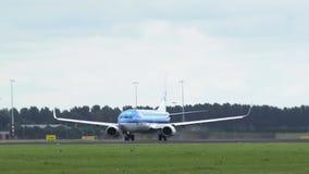 Boeing 737 de KLM Arilines acelera y saca almacen de video