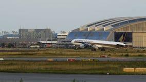 Boeing 777 de l'atterrissage de Singapore Airlines banque de vidéos