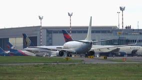 Boeing 737 de la mosca Egipto que lleva en taxi en el aeropuerto de Düsseldorf metrajes