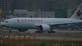Boeing 777 de las líneas aéreas de Air Canada que llevan en taxi en el aeropuerto de Frankfurt-am-Main almacen de video