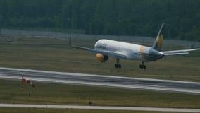Boeing 757 de las líneas aéreas del cóndor en acercamiento final almacen de metraje de vídeo