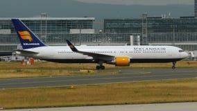 Boeing 767 de las líneas aéreas de Icelandair que llevan en taxi en el aeropuerto de Francfort metrajes