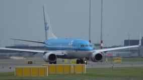 Boeing 737 de las líneas aéreas de KLM está llevando en taxi a la pista almacen de metraje de vídeo