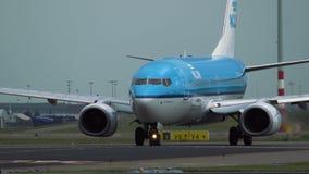 Boeing 737 de las líneas aéreas de KLM está llevando en taxi a la pista almacen de video