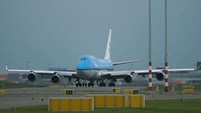 Boeing 747 de las líneas aéreas de KLM está llevando en taxi a la pista almacen de video