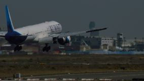 Boeing 777 de las líneas aéreas de Kuwait que aterrizan en el aeropuerto de Francfort metrajes