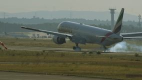 Boeing 777 de las líneas aéreas de los emiratos que aterrizan con retroiluminado metrajes