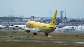Boeing 737 de las líneas aéreas de Tuifly que aterrizan en el aeropuerto de Frankfurt-am-Main almacen de video