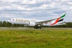 Boeing 777 de linhas aéreas dos emirados está aterrando no aeroporto Pulkovo Imagem de Stock