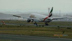 Boeing 777 de los emiratos SkyCargo que se acerca a Frankfurt-am-Main almacen de metraje de vídeo