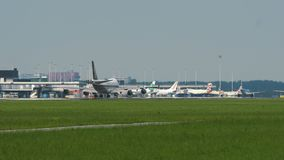 Boeing 747 de los paseos de Singapore Airlines Cargo a la pista metrajes