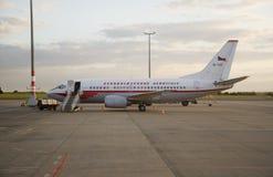 Boeing 737 in de luchtvaartlijnen retro stijl van Tsjecho-Slowakije stock fotografie