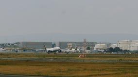 Boeing 777 de Lufthansa Cargo que saca en el aeropuerto de Frankfurt-am-Main almacen de metraje de vídeo