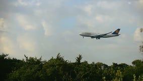 Boeing 747 de Lufthansa que se acerca por la mañana almacen de metraje de vídeo