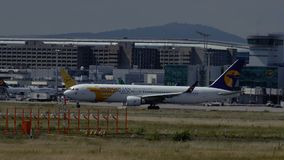 Boeing 767 de MIAT Mongolian Airlines move-se no taxiway vídeos de arquivo