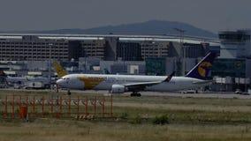 Boeing 767 de MIAT Mongolian Airlines se mueve en pista de rodaje almacen de metraje de vídeo