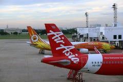 Boeing 737-800 de Nokair e a cauda do plano de Air Asia tailandês, Airbus A320 são estacionados no parque de estacionamento Fotografia de Stock Royalty Free