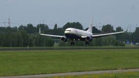 Boeing 737 de Tui Fly Airlines que se acerca al aeropuerto de Düsseldorf almacen de video