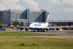Boeing 747 decola da pista de decolagem Foto de Stock