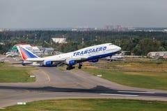 Boeing 747 decola da pista de decolagem Foto de Stock Royalty Free