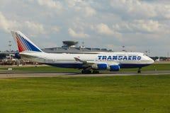 Boeing 747 decola da pista de decolagem Fotos de Stock Royalty Free