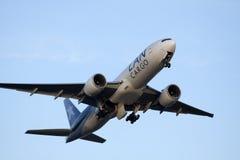 Boeing 777 decolla Immagini Stock
