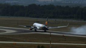 Boeing 767 del aterrizaje de las líneas aéreas del cóndor almacen de metraje de vídeo