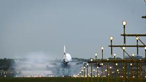 Boeing 747 del aterrizaje de las líneas aéreas del cargo del puente del aire metrajes