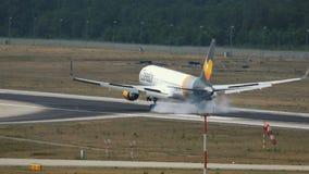 Boeing 767 del aterrizaje de Thomas Cook de las líneas aéreas del cóndor en el aeropuerto de Francfort metrajes