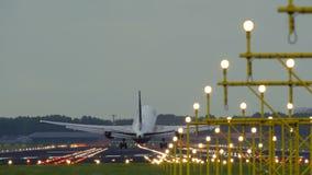 Boeing del aterrizaje de United Airlines en el aeropuerto de Schiphol almacen de metraje de vídeo