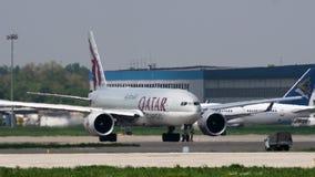Boeing 777 del cargo de Qatar en el aeropuerto de Almaty almacen de metraje de vídeo