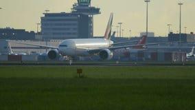 Boeing 777 del carreteo del cargo del cielo de los emiratos almacen de video