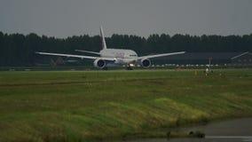 Boeing 777 del giro del carico del Qatar sulla pista archivi video