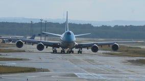 Boeing 747 del paseo de Korean Air en pista de rodaje metrajes