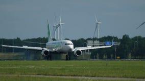 Boeing 737 delle linee aeree di Transavia che atterrano all'aeroporto di Schiphol video d archivio