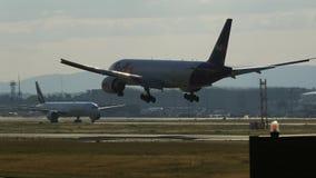 Boeing 777 der Fluglinienlandung Federal Express Fedex stockfotografie