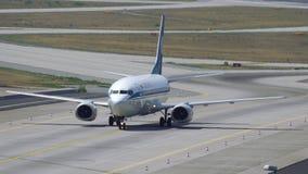 Boeing 737 des Belavia-Fluglinienmit einem taxi fahrens stock footage