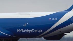 Boeing 747 des lignes aériennes de cargaison de pont en air accélèrent sur la piste clips vidéos