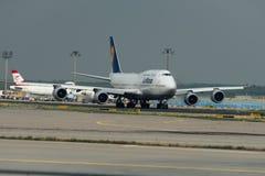 Boeing 747 des lignes aériennes de Lufthansa sur la piste Photo libre de droits