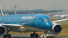 Boeing 787 die van de dienst slepen stock footage