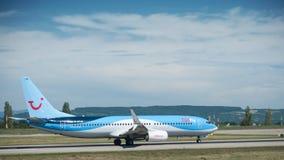 Boeing 737 do rolamento de TUIfly da empresa na pista de decolagem antes decola Imagens de Stock Royalty Free