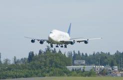 Boeing dreamlifter που προσγειώνεται Στοκ εικόνες με δικαίωμα ελεύθερης χρήσης