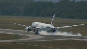 Boeing 787 Dreamliner de Japan Airlines en acercamiento final metrajes