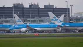 Boeing 787 Dreamliner de la mudanza de las líneas aéreas de KLM almacen de video
