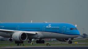 Boeing 787 Dreamliner del carreteo de las líneas aéreas de KLM almacen de metraje de vídeo