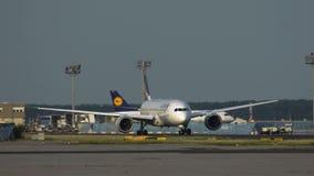 Boeing 787 Dreamliner del carreteo de las líneas aéreas de Latam almacen de video