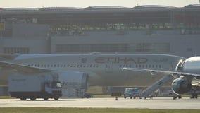 Boeing 787 Dreamliner des Etihad-Fluglinienmit einem taxi fahrens stock footage