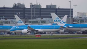 Boeing 787 Dreamliner des KLM-Fluglinienbewegens stock video
